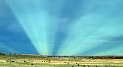 Misteriosos y enormes Pilares de luz emergen en Brasil. Mirá el video Rayos-anticrepusculares